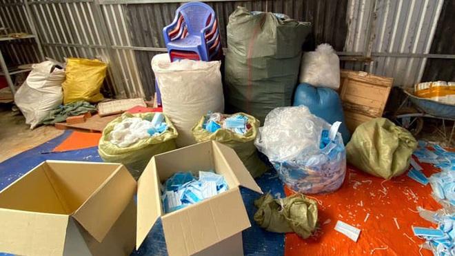 Phát hiện cơ sở có hành vi tái chế khẩu trang y tế: Hiện trường có 25 bao khẩu trang đã qua sử dụng, 2 bàn ủi - Ảnh 2.
