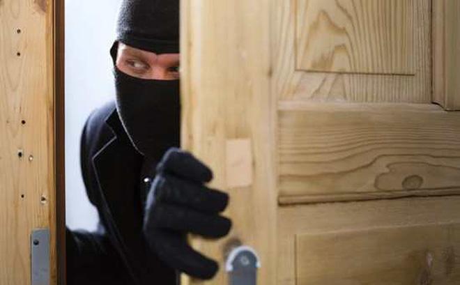Phát hiện kẻ trộm đang ăn cắp tiền, người đàn ông không trừng phạt mà đưa ra 1 đề nghị khiến kẻ cắp cả đời không quên