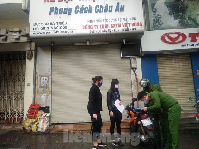 Bắt quả tang cửa hàng mở bán xe đạp điện trên phố - Ảnh 1.