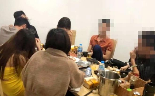 Nhóm thanh niên tụ tập ăn uống trong dịch Covid-19, chủ quán đóng kín cửa