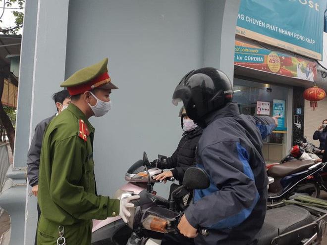 Cận cảnh Hà Nội kiểm tra, xử lý người ra đường không thuộc diện cho phép - ảnh 7