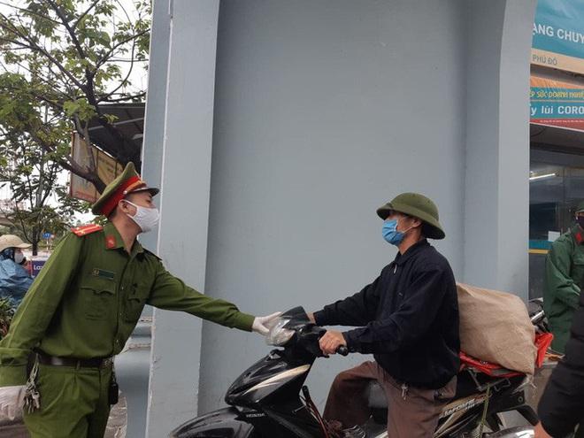Cận cảnh Hà Nội kiểm tra, xử lý người ra đường không thuộc diện cho phép - ảnh 6