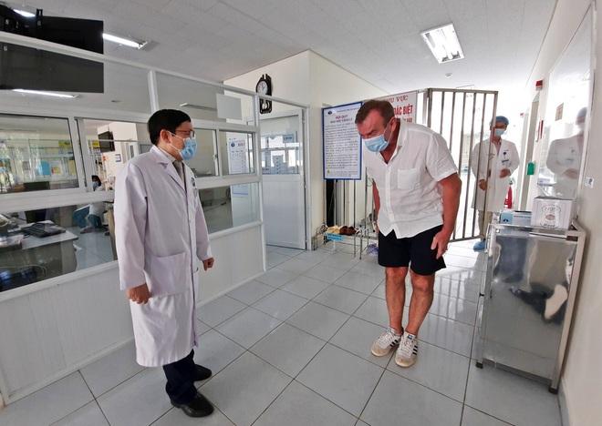 Cập nhật dịch Covid-19 ngày 5/4: Bệnh nhân người Anh ra viện, mắt đỏ hoe, cúi gập người cảm ơn bác sĩ bằng tiếng Việt - Ảnh 1.