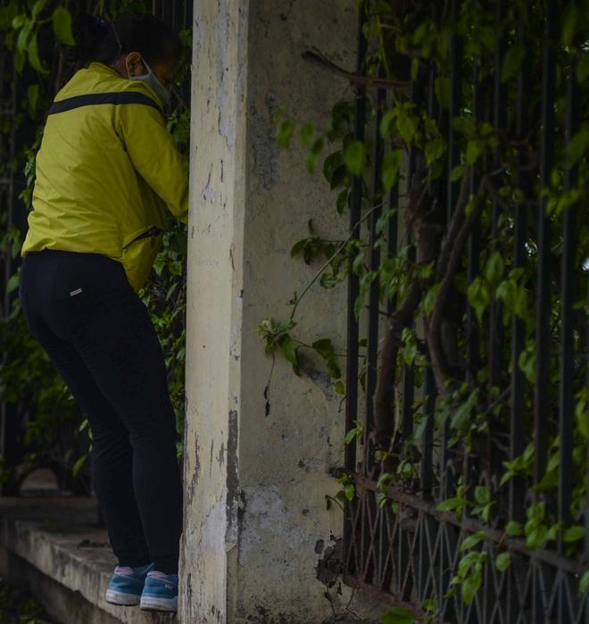 Người Hà Nội chui rào vào Công viên Thống Nhất tập thể dục, câu cá giữa dịch Covid-19 - Ảnh 13.