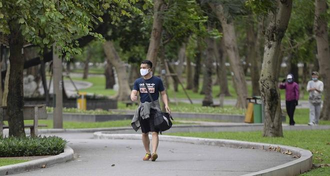 Người Hà Nội chui rào vào Công viên Thống Nhất tập thể dục, câu cá giữa dịch Covid-19 - Ảnh 5.
