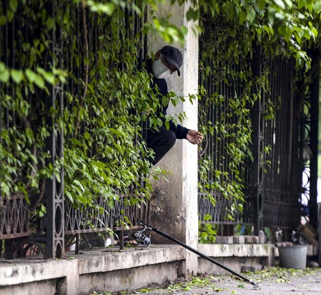 Người Hà Nội chui rào vào Công viên Thống Nhất tập thể dục, câu cá giữa dịch Covid-19 - Ảnh 9.