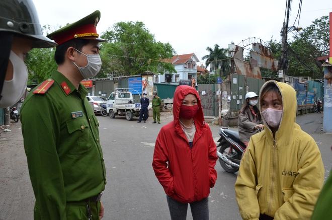 Trung tá công an chia sẻ khó khăn về xử lý người dân ra đường trong thời gian cách ly xã hội  - Ảnh 3.