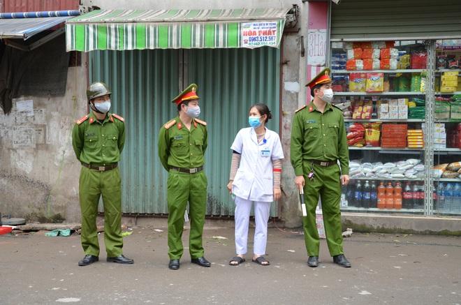 Trung tá công an chia sẻ khó khăn về xử lý người dân ra đường trong thời gian cách ly xã hội  - Ảnh 1.