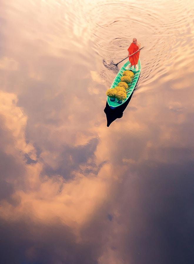 Cảnh nhà sư chèo thuyền chở hoa của nhiếp ảnh gia Việt lọt top ảnh đẹp thế giới - Ảnh 1.