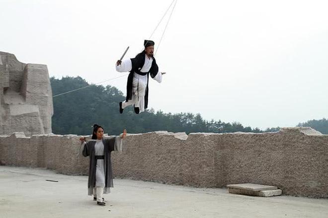 Đạo sĩ Võ Đang bị tố bịp bợm sau màn khinh công nhảy lên bức tường cao 4 mét - Ảnh 4.