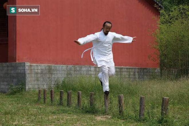 Đạo sĩ Võ Đang bị tố bịp bợm sau màn khinh công nhảy lên bức tường cao 4 mét - Ảnh 2.