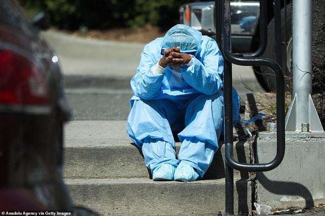 Hình ảnh đau thương tại tâm dịch New York: Thi thể nạn nhân COVID-19 xếp hàng chật hành lang bệnh viện - Ảnh 9.