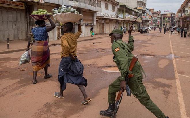 Covid-19 ở châu Phi: Vi phạm lệnh cấm, người dân bị cảnh sát đánh bằng gậy roi, thậm chí bắn chết