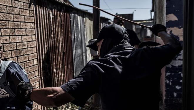 Covid-19 ở châu Phi: Vi phạm lệnh cấm, người dân bị cảnh sát đánh bằng gậy roi, thậm chí bắn chết - Ảnh 1.