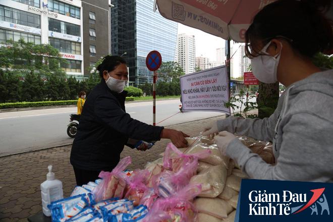 Ấm lòng mùa dịch: Doanh nghiệp chung tay phát hàng trăm suất ăn mỗi ngày cho người nghèo Hà Nội - Ảnh 9.
