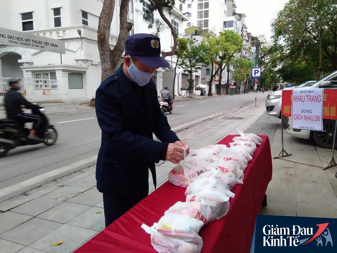 Ấm lòng mùa dịch: Doanh nghiệp chung tay phát hàng trăm suất ăn mỗi ngày cho người nghèo Hà Nội - Ảnh 13.
