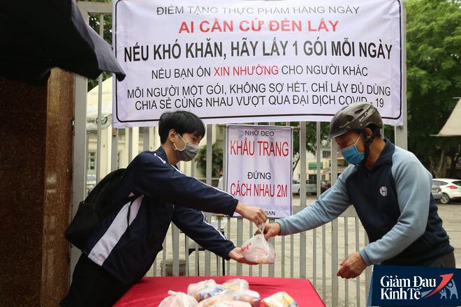 Ấm lòng mùa dịch: Doanh nghiệp chung tay phát hàng trăm suất ăn mỗi ngày cho người nghèo Hà Nội - Ảnh 2.