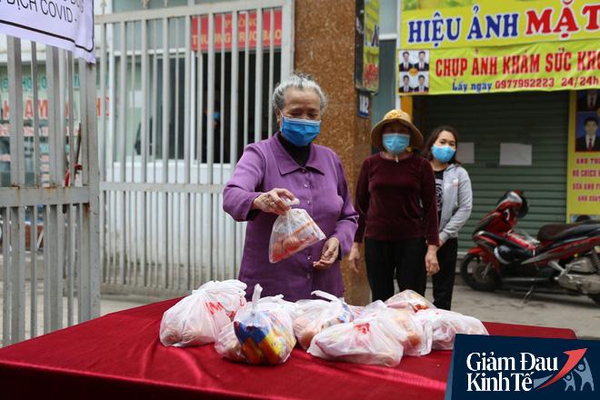 Ấm lòng mùa dịch: Doanh nghiệp chung tay phát hàng trăm suất ăn mỗi ngày cho người nghèo Hà Nội - Ảnh 6.