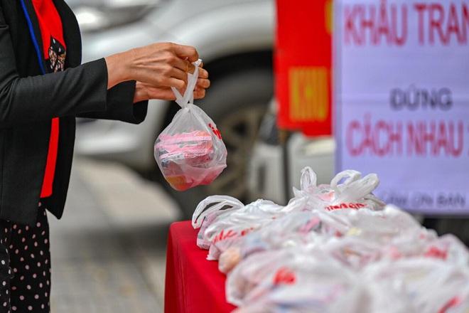 Ấm lòng mùa dịch: Doanh nghiệp chung tay phát hàng trăm suất ăn mỗi ngày cho người nghèo Hà Nội - Ảnh 3.