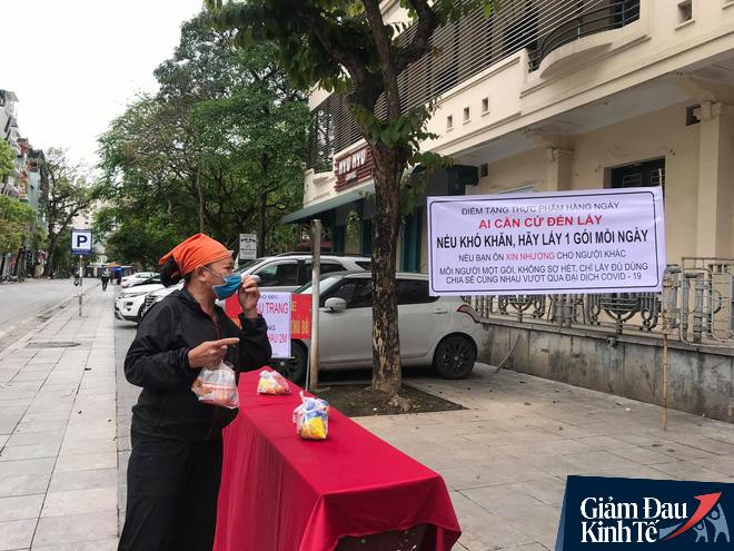 Ấm lòng mùa dịch: Doanh nghiệp chung tay phát hàng trăm suất ăn mỗi ngày cho người nghèo Hà Nội - Ảnh 1.