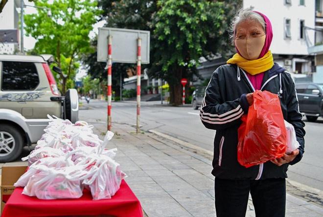 Ấm lòng mùa dịch: Doanh nghiệp chung tay phát hàng trăm suất ăn mỗi ngày cho người nghèo Hà Nội - Ảnh 12.