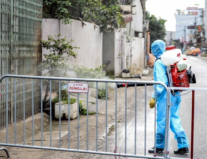 Cảnh phun tiêu trùng, khử độc xóm có người dương tính lần 1 SARS-CoV-2 sau khi khám ở BV Bạch Mai 23 ngày trước - Ảnh 6.
