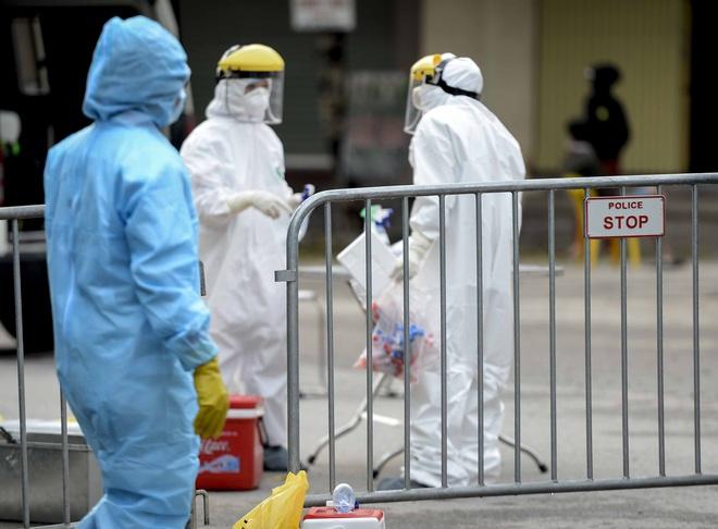 Cảnh phun tiêu trùng, khử độc xóm có người dương tính lần 1 SARS-CoV-2 sau khi khám ở BV Bạch Mai 23 ngày trước - Ảnh 4.