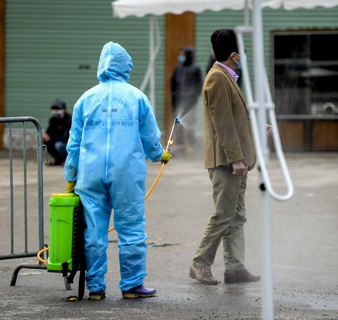 Cảnh phun tiêu trùng, khử độc xóm có người dương tính lần 1 SARS-CoV-2 sau khi khám ở BV Bạch Mai 23 ngày trước - Ảnh 10.