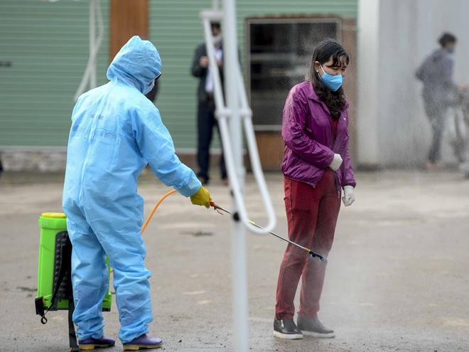 Cảnh phun tiêu trùng, khử độc xóm có người dương tính lần 1 SARS-CoV-2 sau khi khám ở BV Bạch Mai 23 ngày trước - Ảnh 9.