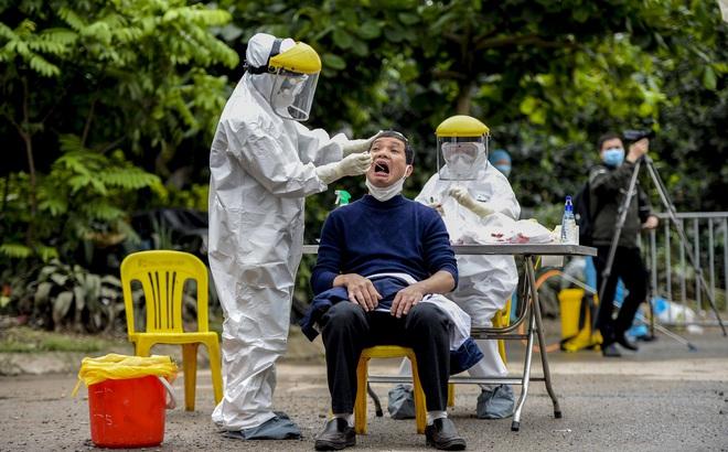 [Ảnh] Cận cảnh lấy mẫu dịch xét nghiệm SARS-CoV-2 tại chỗ cho 41 F1, nơi bệnh nhân 243 sinh sống ở Hà Nội