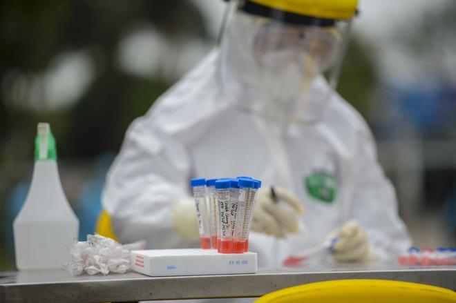 Cảnh lấy mẫu dịch xét nghiệm SARS-CoV-2 tại nơi phát hiện người mắc COVID-19 - Ảnh 10.