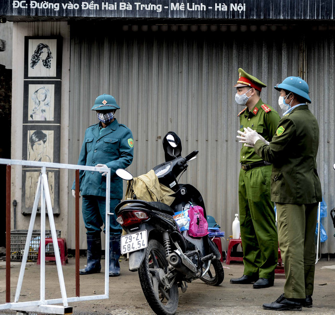 Cảnh phun tiêu trùng, khử độc xóm có người dương tính lần 1 SARS-CoV-2 sau khi khám ở BV Bạch Mai 23 ngày trước - Ảnh 2.