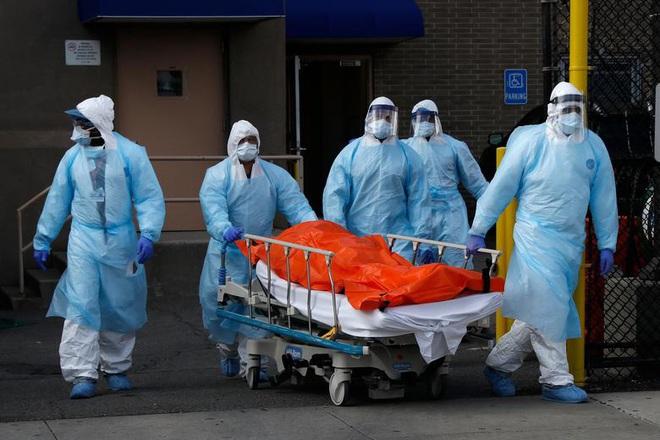 Hình ảnh đau thương tại tâm dịch New York: Thi thể nạn nhân COVID-19 xếp hàng chật hành lang bệnh viện - Ảnh 3.