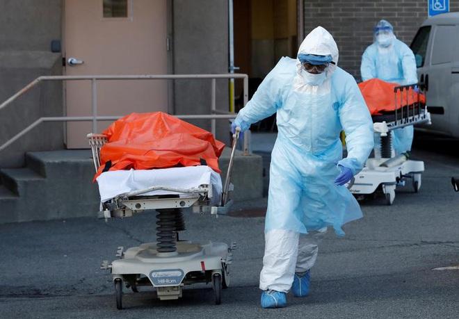 Hình ảnh đau thương tại tâm dịch New York: Thi thể nạn nhân COVID-19 xếp hàng chật hành lang bệnh viện - Ảnh 4.