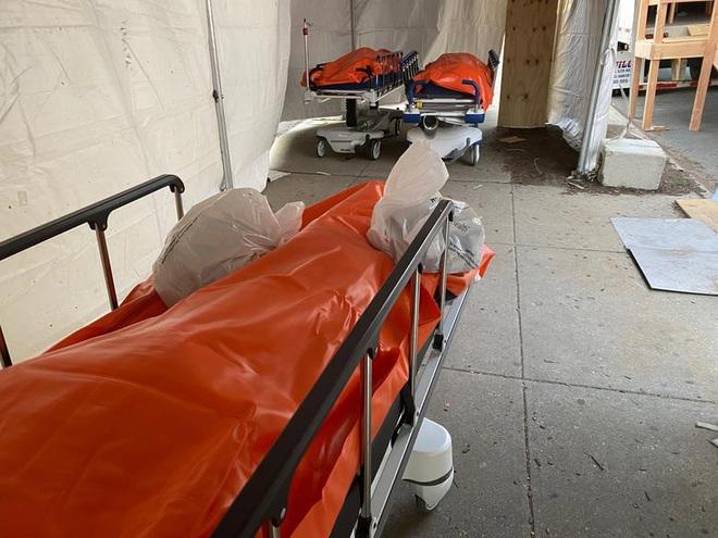 Hình ảnh đau thương tại tâm dịch New York: Thi thể nạn nhân COVID-19 xếp hàng chật hành lang bệnh viện - Ảnh 7.