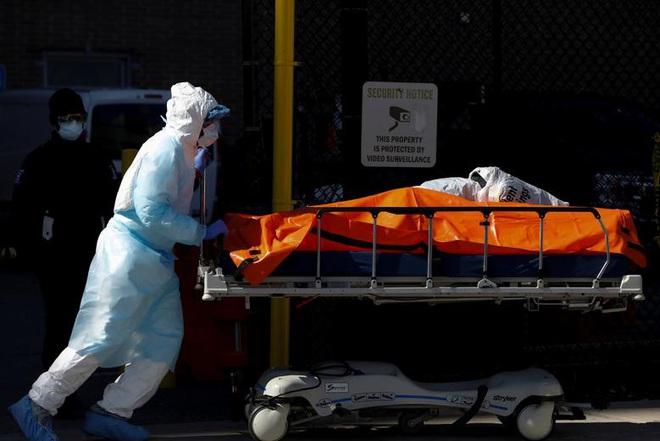 Hình ảnh đau thương tại tâm dịch New York: Thi thể nạn nhân COVID-19 xếp hàng chật hành lang bệnh viện - Ảnh 5.