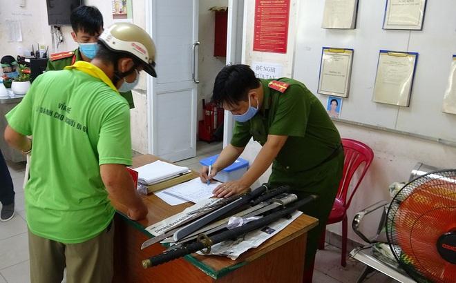 Người dân trung tâm TPHCM giao nộp vũ khí, vật liệu nổ, công cụ hỗ trợ… được tặng gạo