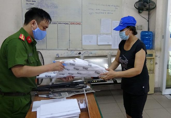 Người dân trung tâm TPHCM giao nộp vũ khí, vậy liệu nổ, công cụ hỗ trợ… được tặng gạo - Ảnh 1.