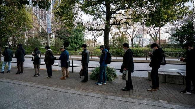 Có thừa công nghệ làm việc ở nhà, tại sao người Nhật đổ xô đến công sở bằng được bất chấp COVID-19? - Ảnh 2.