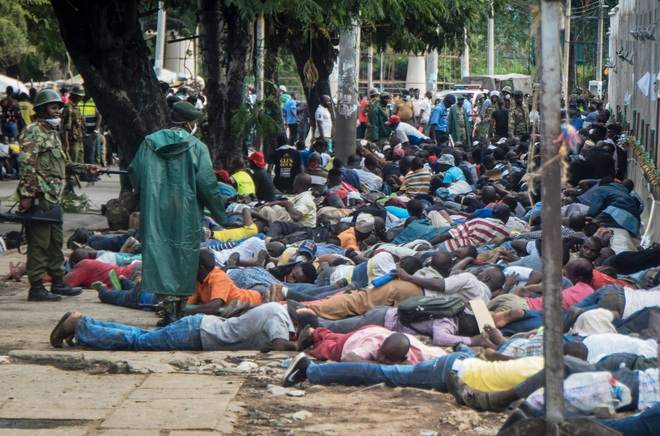 Covid-19 ở châu Phi: Vi phạm lệnh cấm, người dân bị cảnh sát đánh bằng gậy roi, thậm chí bắn chết - Ảnh 2.