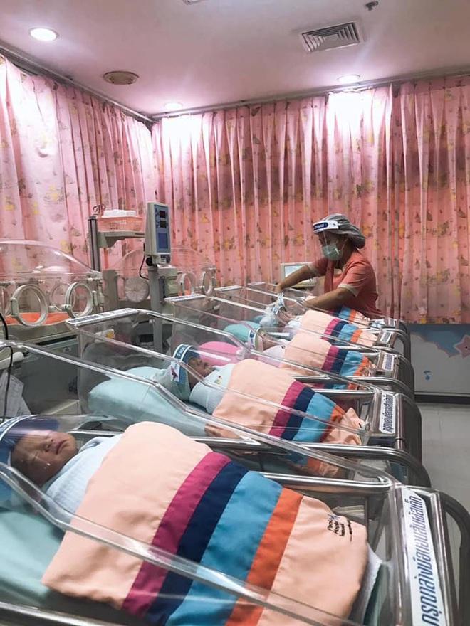 Những em bé ở Thái Lan mới sinh ra đã có tấm khiên che mặt độc đáo để bảo vệ chúng khỏi coronavirus - Ảnh 1.