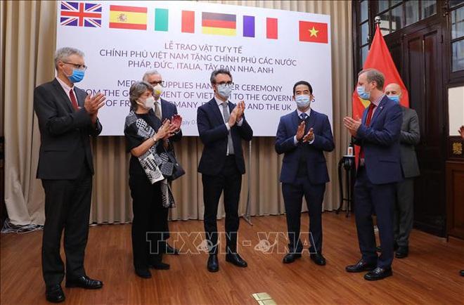 Việt Nam tặng 500.000 khẩu trang tương trợ 5 nước châu Âu chiến đấu chống COVID-19 - Ảnh 1.