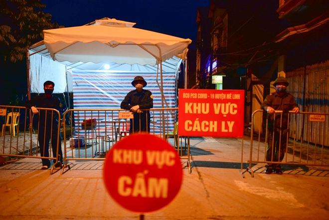 Những hình ảnh đầu tiên về thôn Hạ Lôi trong ngày đầu thực hiện lệnh phong tỏa; Chủ tịch Hà Nội nêu một lỗ hổng liên quan BN243 - Ảnh 1.