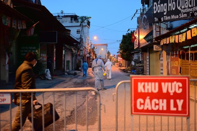 Những hình ảnh đầu tiên về thôn Hạ Lôi trong ngày đầu thực hiện lệnh phong tỏa; Chủ tịch Hà Nội nêu một lỗ hổng liên quan BN243 - Ảnh 2.