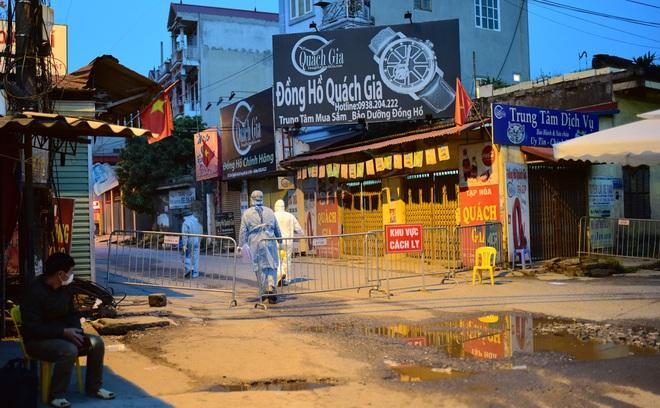 Những hình ảnh đầu tiên về thôn Hạ Lôi trong ngày đầu thực hiện lệnh phong tỏa; Chủ tịch Hà Nội nêu một lỗ hổng liên quan BN243 - Ảnh 4.