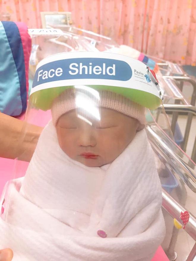 Những em bé ở Thái Lan mới sinh ra đã có tấm khiên che mặt độc đáo để bảo vệ chúng khỏi coronavirus - Ảnh 2.