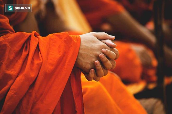 Chàng trai hỏi làm sao để làm hài lòng Trời Phật, vị sư bảo ra nghĩa địa làm 1 việc kỳ lạ - Ảnh 1.