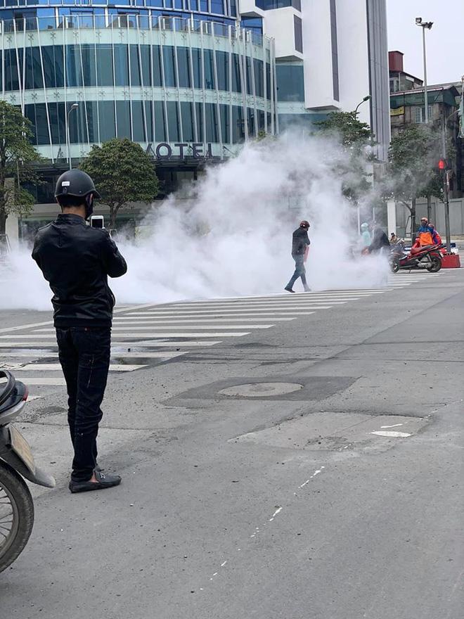 Xe máy bất ngờ cháy thành than giữa phố Hà Nội, khung xe trơ trọi gây ám ảnh - Ảnh 5.