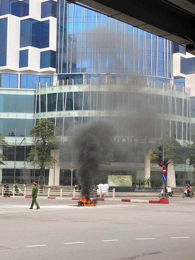 Xe máy bất ngờ cháy thành than giữa phố Hà Nội, khung xe trơ trọi gây ám ảnh - Ảnh 3.