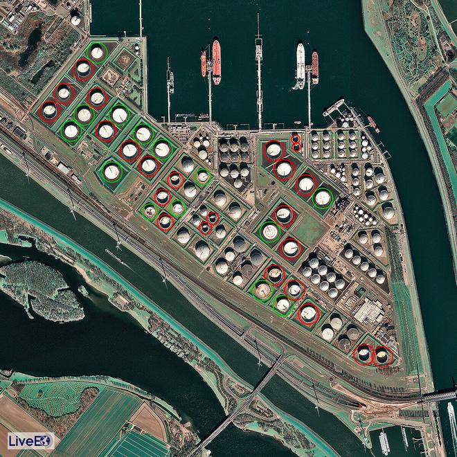Thế giới đẫm mình trong dầu mỏ: Tàu chở dầu biến thành kho chứa nổi trên biển, kiên nhẫn xếp hàng vào bến - Ảnh 1.